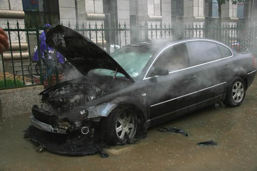 石家庄裕园广场附近停放的一辆北京牌照帕萨特汽车突高清图片