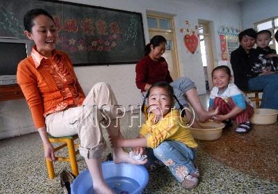 图片说明:幼儿园的小朋友为妈妈洗脚