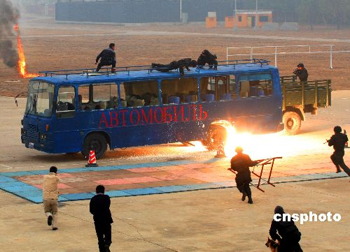 中国武警部队 雪豹突击队 进行反恐演习图片