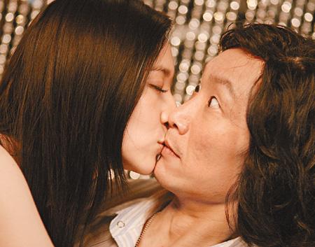 吴佩慈 郑中基/一脸愕然的郑中基遭吴佩慈狂吻一小时。(星岛日报网图)