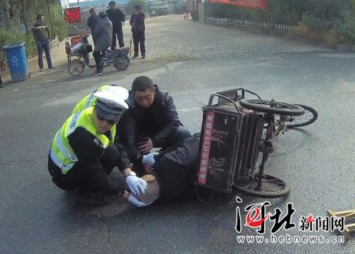 保定:老人倒地受伤 交警跪地守护