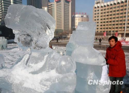 冰雕师傅正在抓紧时间雕刻一组表现新疆