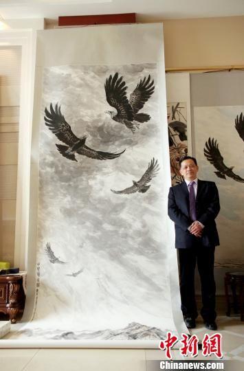 月29日,君寿正在为巨幅画作《中华腾飞图》盖印章