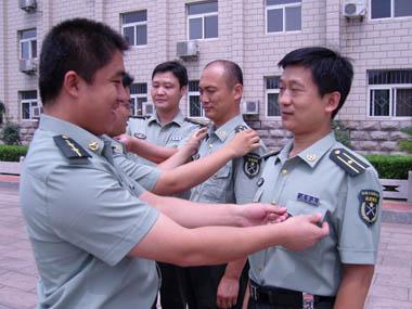 第七十二师部分军官换穿07式军服时整理军容.-唐山新闻网图片