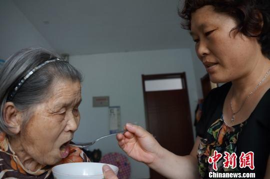 河北隆堯一教師(shi)8年帶癱瘓老母(mu)任(ren)教 被師(shi)生傳為美談