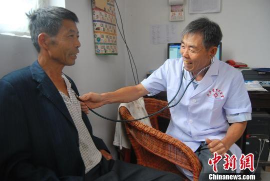 """河北隆堯一(yi)醫生(sheng)扎根(gen)鄉(xiang)村37年(nian) 為(wei)民服務""""痴心不改"""""""