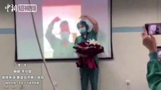 "��(zhan)""疫""�矍�(qing)�U一��(chang)跨越jiao)?li)的特殊婚�Y"