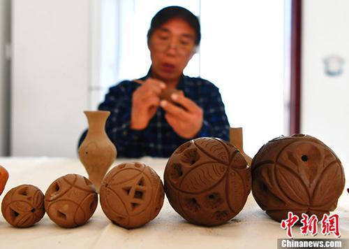 """河北民间老艺人展示""""泥绣球""""传统手艺"""